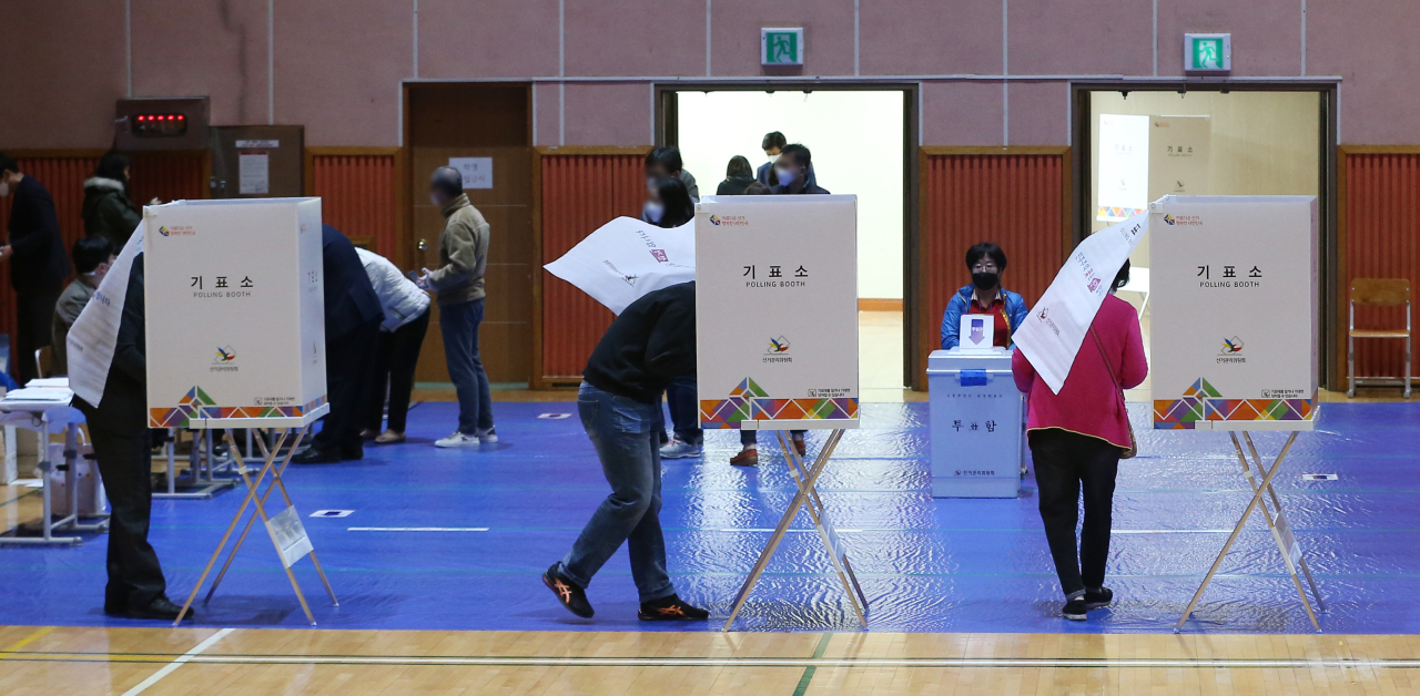Voters cast ballots at a polling station in Ulsan. (Yonhap)