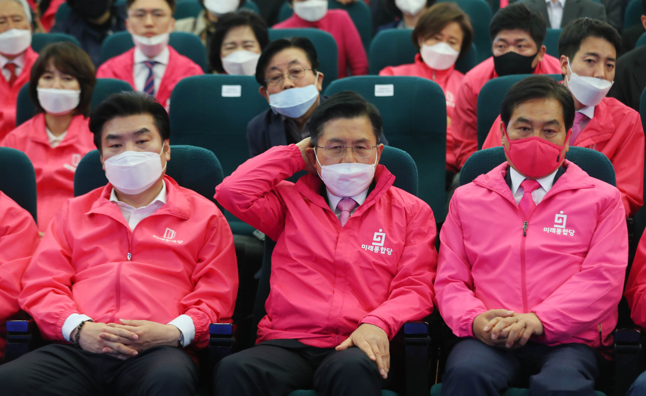 Main opposition United Future Party Chairman Hwang Kyo-ahn and party officials watch TV coverage of the exit polls on Wednesday. (Yonhap)