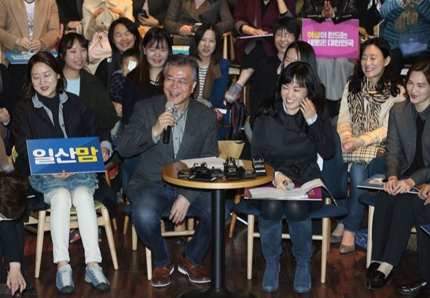 Then-presidential candidate Moon Jae-in talks with supporters on March 16, 2017, two months before the 19th presidential election, at a location in Seoul. (Yonhap)