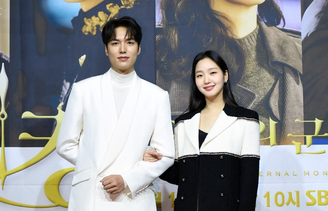 "Lee Min-ho (left) and Kim Go-eun pose for photos during a press conference for new SBS drama series ""The King: Eternal Monarch"" on Thursday. (SBS)"