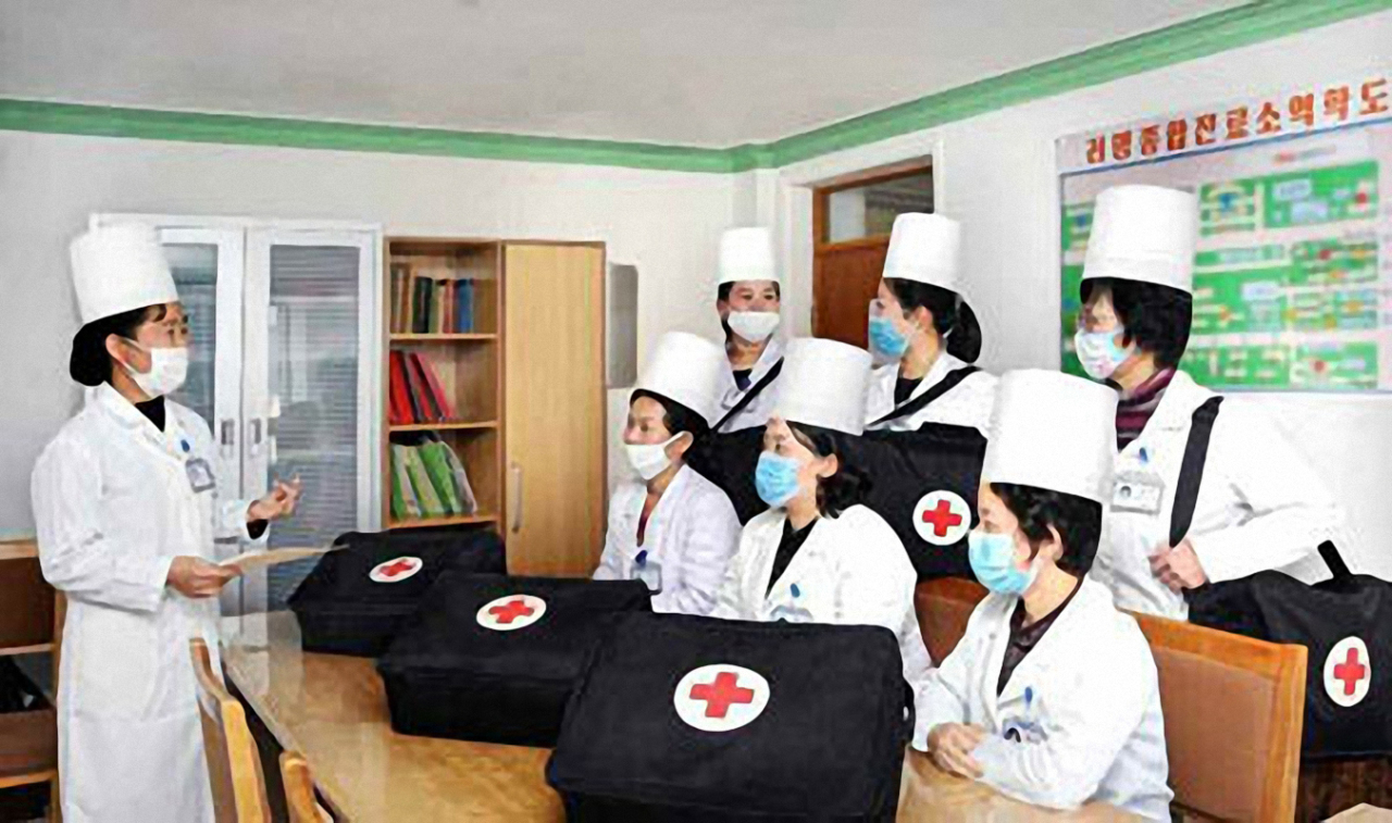 In this photo released by Rodong Shinmun on Thursday, medical staffs are wearing mask at a hospital in Pyongyang. (Yonhap)