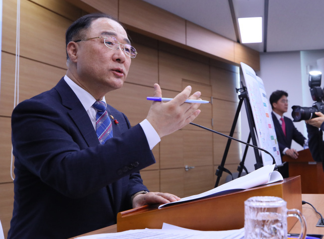 Finance Minister Hong Nam-ki speaks in a press briefing at Sejong Government Complex on January 29, 2019. (Yonhap)