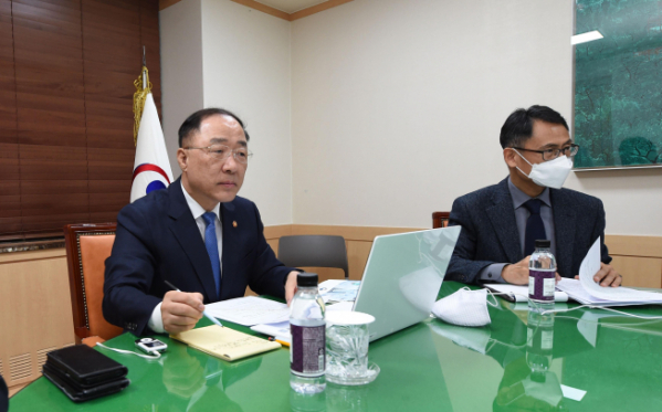 Finance Minister Hong Nam-ki participates in a World Bank Development Committee videoconference Friday. (Finance Ministry)