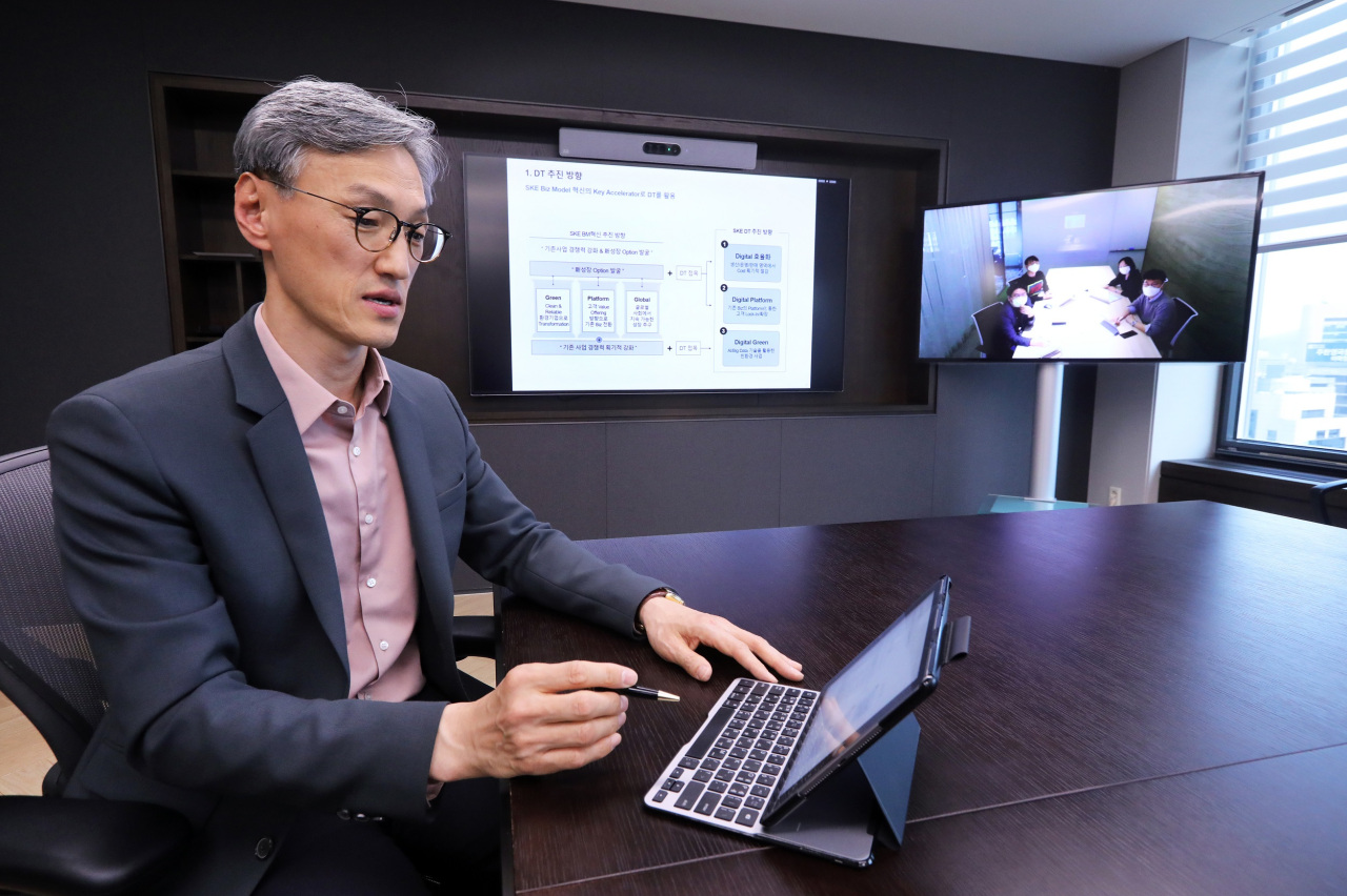SK Energy CEO Cho Kyong-mok discusses the company's digital reform plan via video conferencing. (SK Energry)