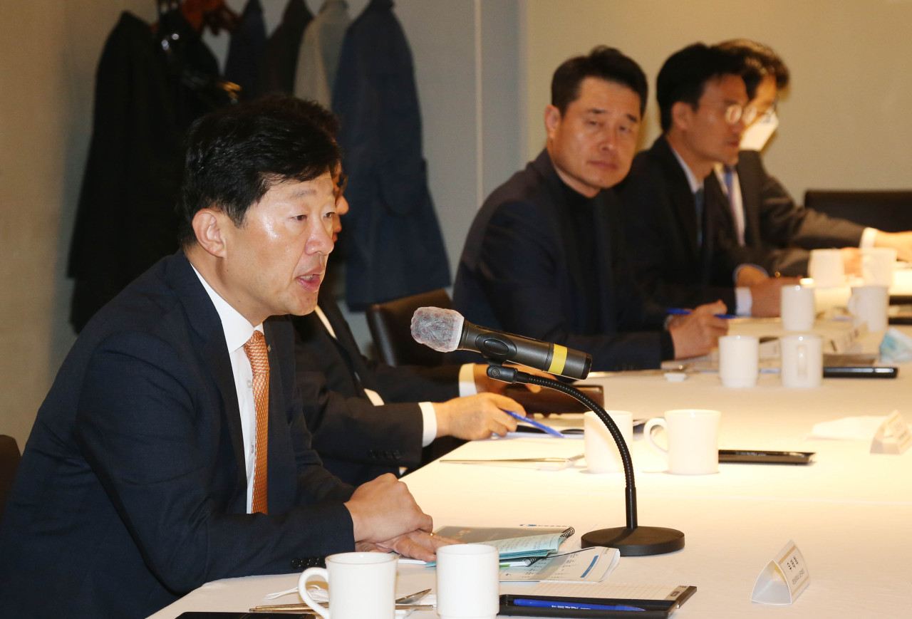 Korea Chamber of Commerce and Industry Vice Chairman Woo Tae-hee (left) speaks at a meeting with electronics industry experts, Tuesday. (Yonhap)