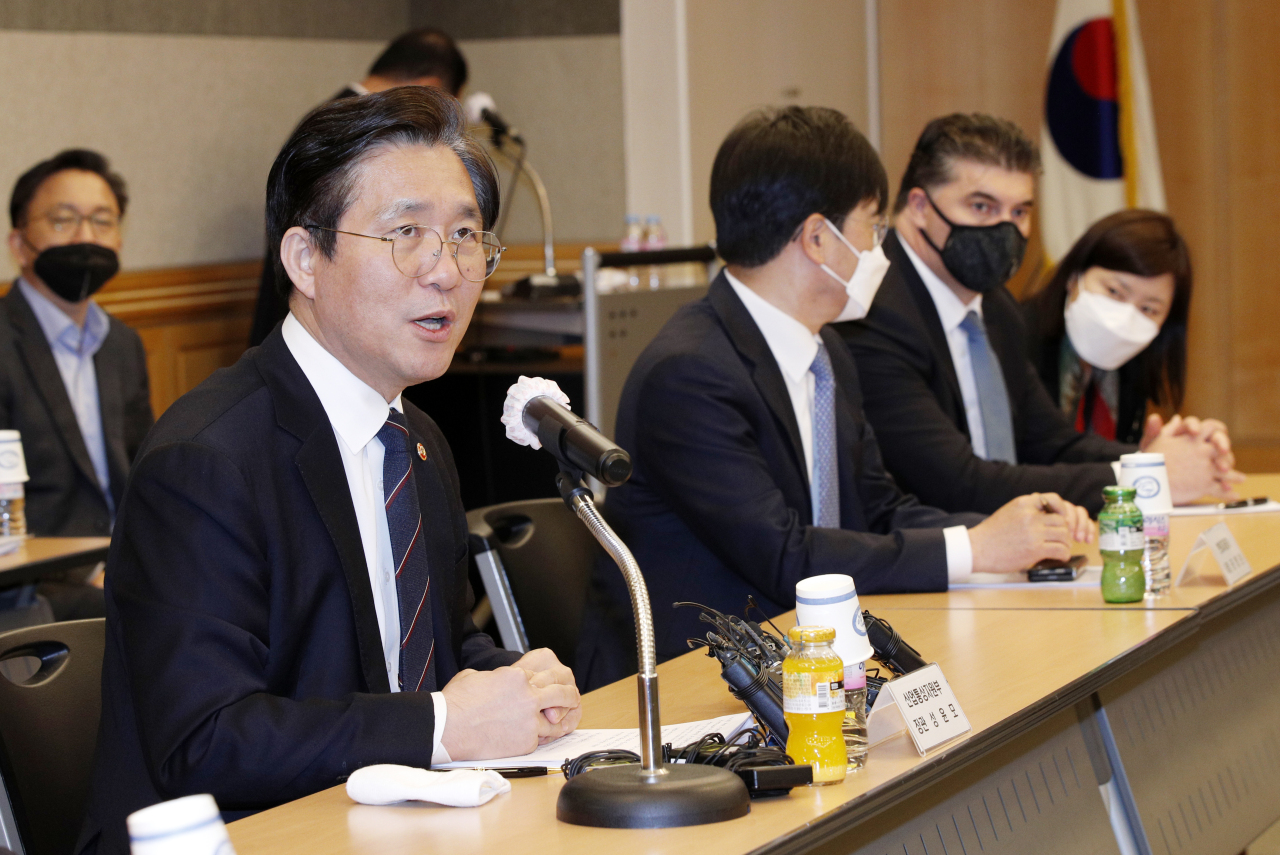 Trade, Industry and Energy Minister Sung Yun-mo (left) speaks during a meeting with the country's five major finished carmakers and auto parts makers in Seoul on Tuesday. (Yonhap)
