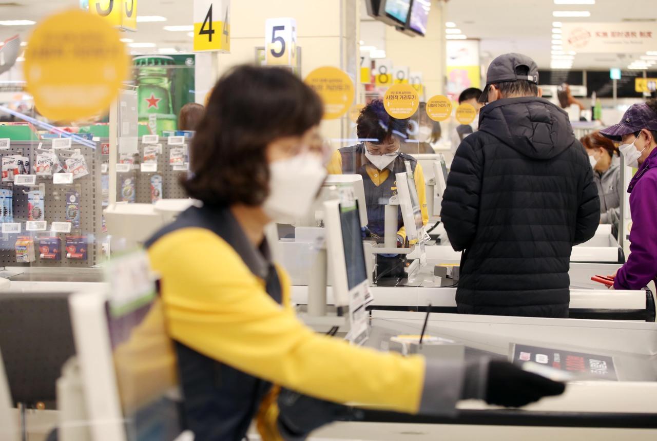 A cashier of E-mart warehouse store in Daegu. (Yonhap)
