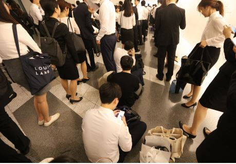 Jobseekers wait in line for an interview during a joint recruitment fair in Seoul, which is arranged by major financial services firms. (Yonhap)