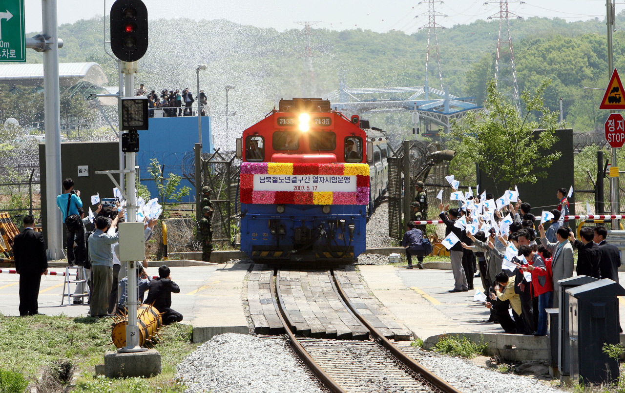 A train on Gyeongui Line crosses the border and heads toward the North Korean territory in 2007 on a trial-run. But the service was suspended since 2008. (Yonhap)