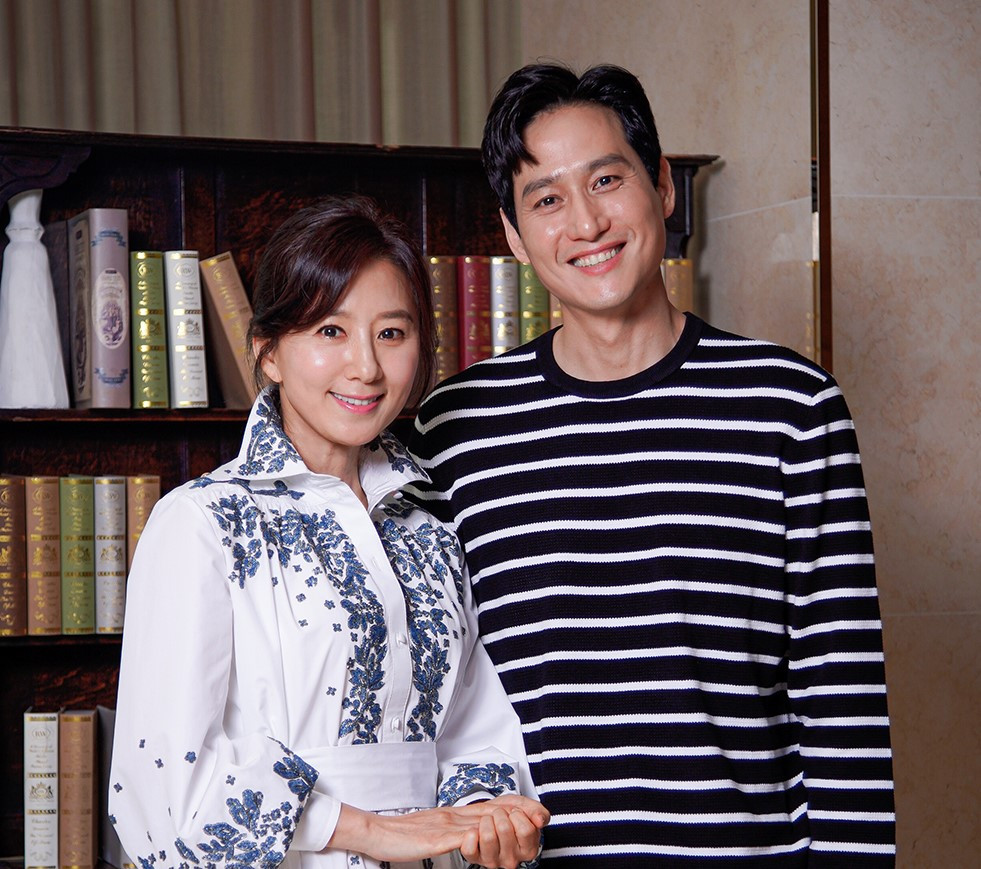 Actors Kim Hee-ae (left) and Park Hae-joon pose for picture ahead of