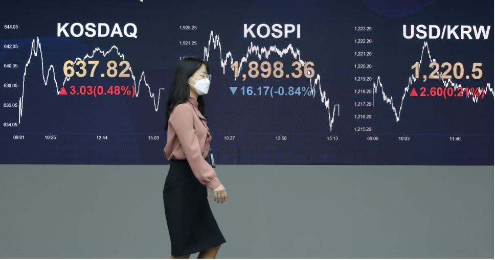The electronic board at a commercial bank-based dealing room in Seoul shows a daily fluctuation of stock and currency indexes as of April 20. (Yonhap)