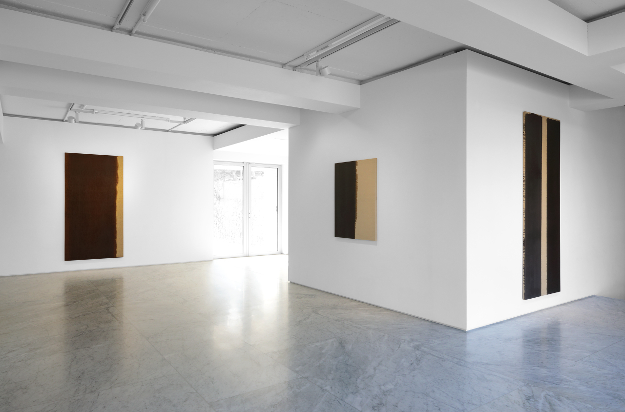 """An installation view of """"Yun Hyong-keun 1989-1999,"""" at PKM Gallery in Jongno, central Seoul (PKM Gallery)"""