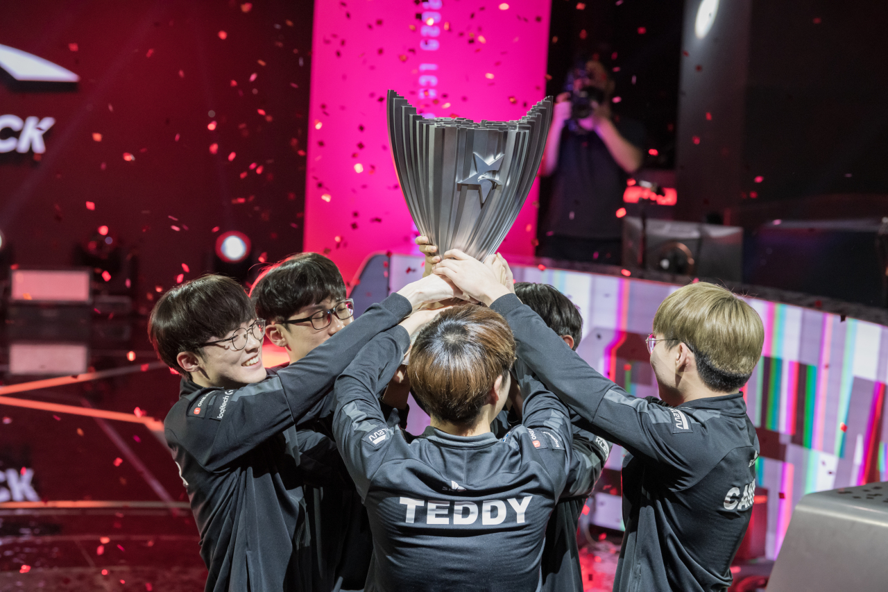 Players of T1 hoist the LCK trophy after sweeping GenG 3-0 in the LCK finals on Saturday at LoL Park Arena. (Riot Games)