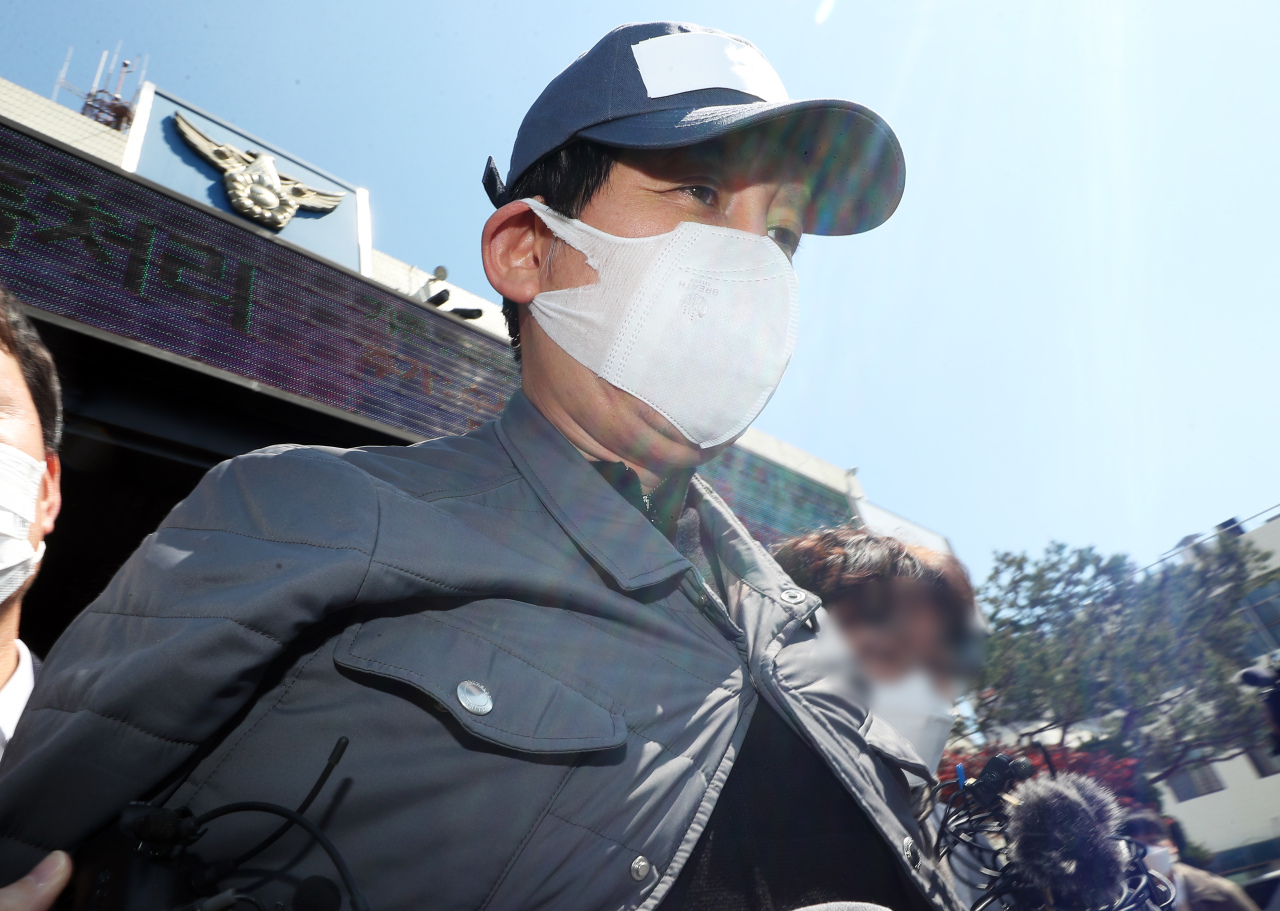 Former Star Mobility Chairman Kim Bong-hyunwalksout of a police stationin Suwon to appear at a district court on Sunday. (Yonhap)