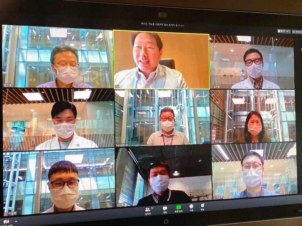 SK Group Chairman Chey Tae-won (top, center) gives pep talk to vaccine researchers via video chat (SK Group)