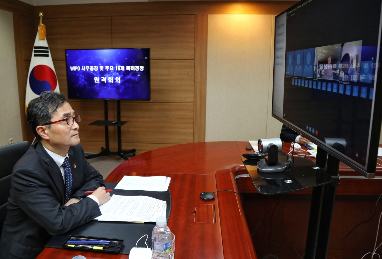 Korea Intellectual Property Office Commissioner Park Won-joo speaks in a videoconference with heads of patent offices across 16 countries and World Intellectual Property Organization Director General Francis Gurry on April 20 in his office in Daejeon. (KIPO)