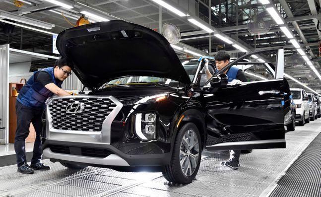 Hyundai Motor employees manufacture a vehicle at its Ulsan plant.(Hyundai Motor Group)