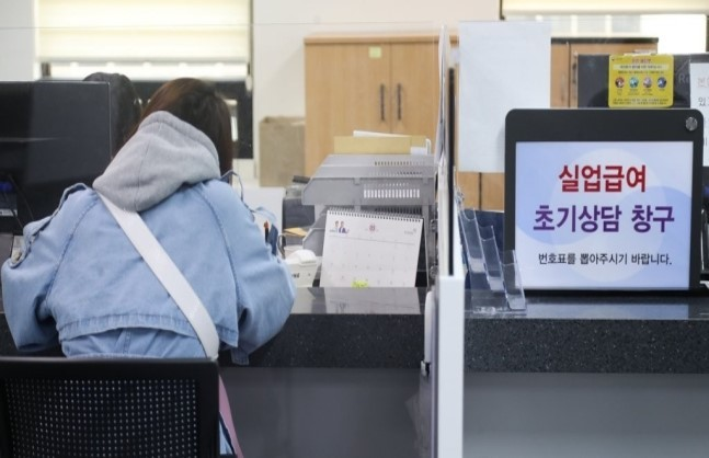A person consults on unemployment benefits at the Seoul Western District Office of the Labor Ministry in Seoul, Tuesday. (Yonhap)