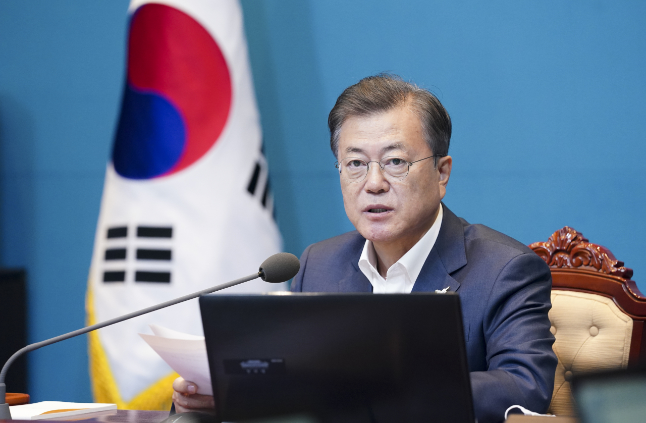 President Moon Jae-in holds a meeting with his chief aides on April 27, 2020. (Yonhap)