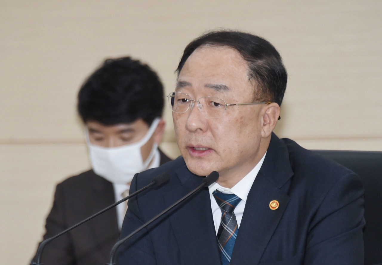 Finance Minister Hong Nam-ki speaks at a meeting with officials in central Seoul on Monday. Yonhap