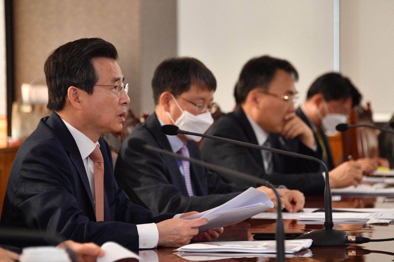 Vice Finance Minister Kim Yong-beom,far left,speaks at a meeting with officials in central Seoul on Monday. Yonhap