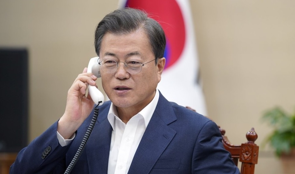 South Korean President Moon Jae-in holds phone talks with Irish Prime Minister Leo Varadkar on May 4, 2020, in this photo provided by Cheong Wa Dae. (Yonhap)
