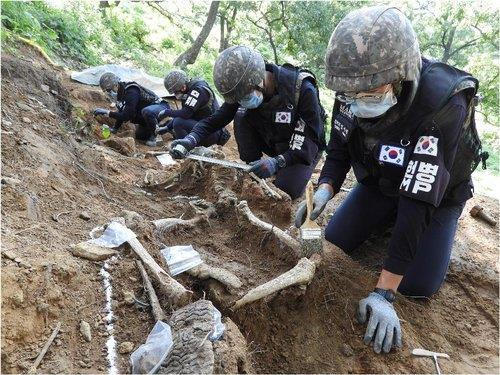 Soldiers at the excavation site (Yonhap)