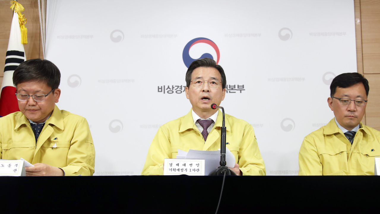 Vice Finance Minister Kim Yong-beom (center), Vice Labor Minister Lim Seo-jeong (left) and Vice ICT Minister Kim Jung-won (right) jointly hold a press briefing on the government's emergency economic countermeasures on Thursday at Seoul Government Complex. (Yonhap)