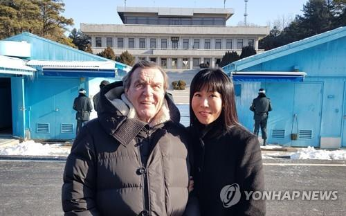 German Chancellor Gerhard Schroeder (left) and his spouse Kim So-yeon (Yonhap)