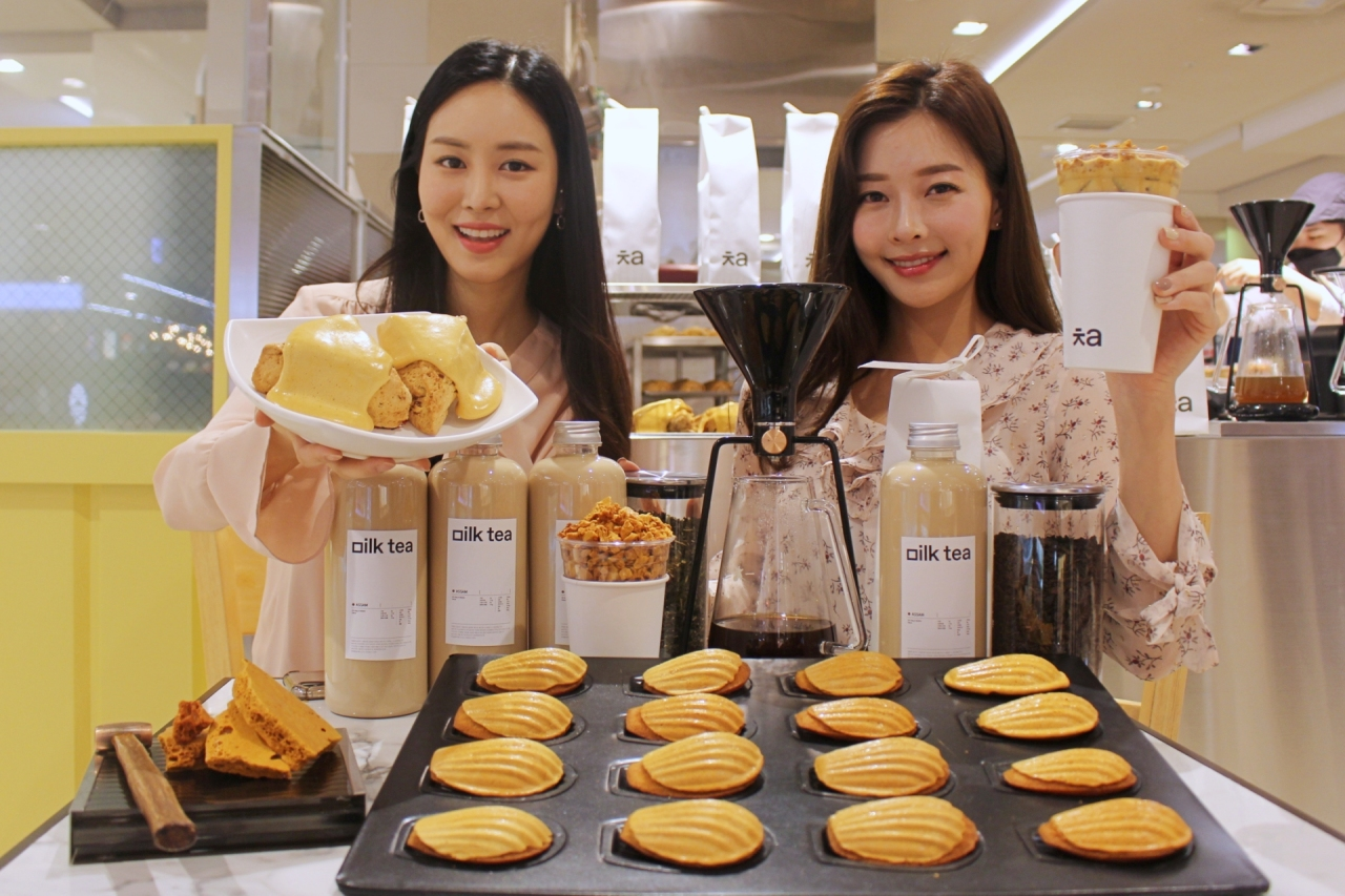 Models present dalgona-related products of Cafe Cha at Lotte Department Store in central Seoul on Wednesday. (Lotte Shopping)