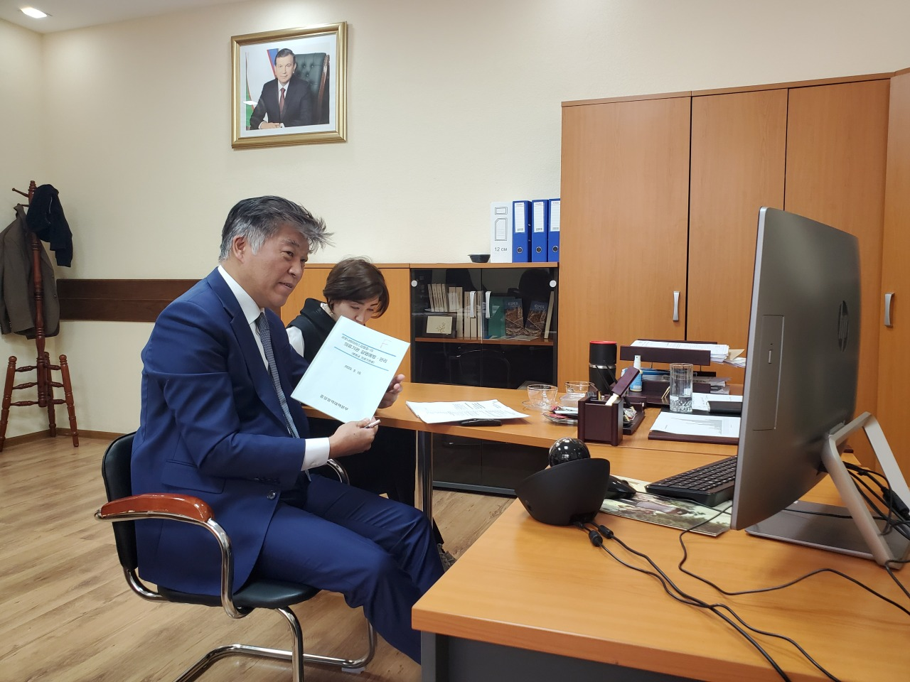 Preventive medicine specialist Dr. Choi Jae-wook holds a teleconference with Uzbek health authorities. (courtesy of Choi)