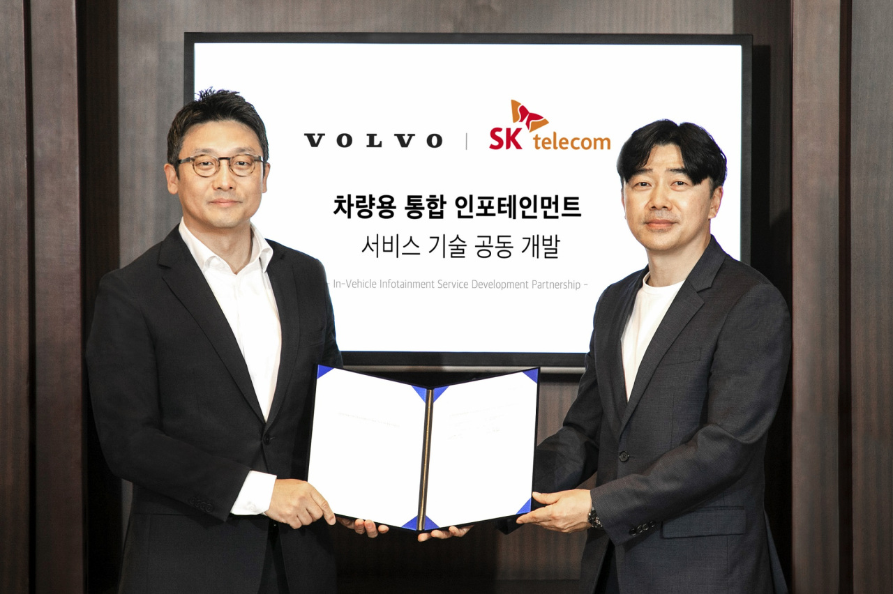 Volvo Cars Korea CEO Lee Yoon-mo (left) and SK Telecom's head of mobility division Lee Jong-ho (right) pose for a photo after signing a contract in Seoul, Monday. (Volvo Cars Korea)