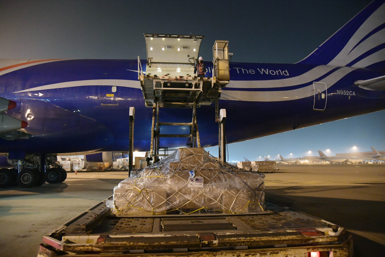 Boxes of masks are loaded onto a US cargo plane at Incheon International Airport, west of Seoul. (Ministry of Foreign Affairs)
