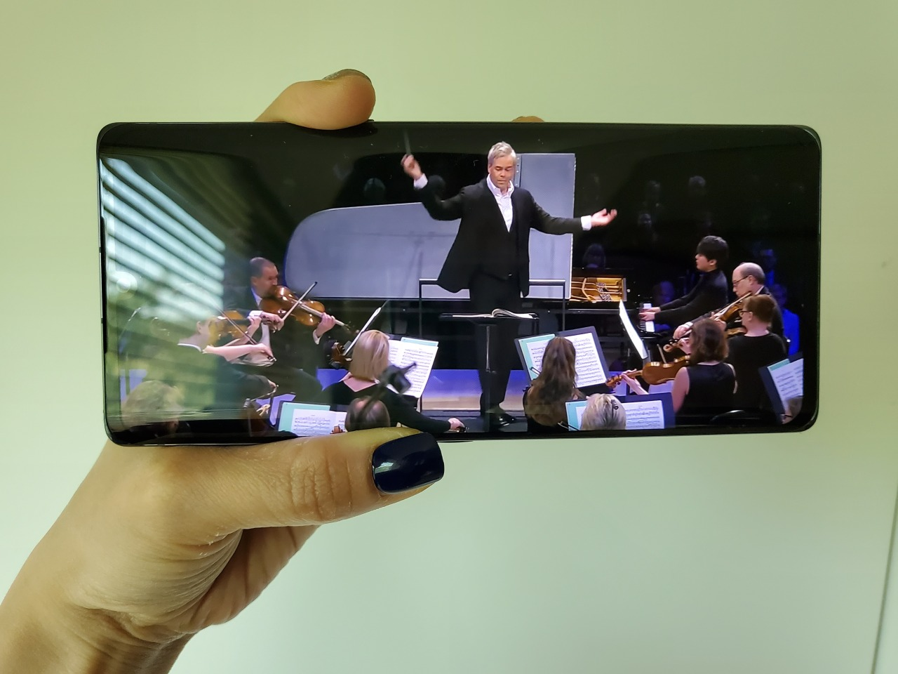 An orchestra performance is viewed on the LG Velvet. (Song Su-hyun/The Korea Herald)