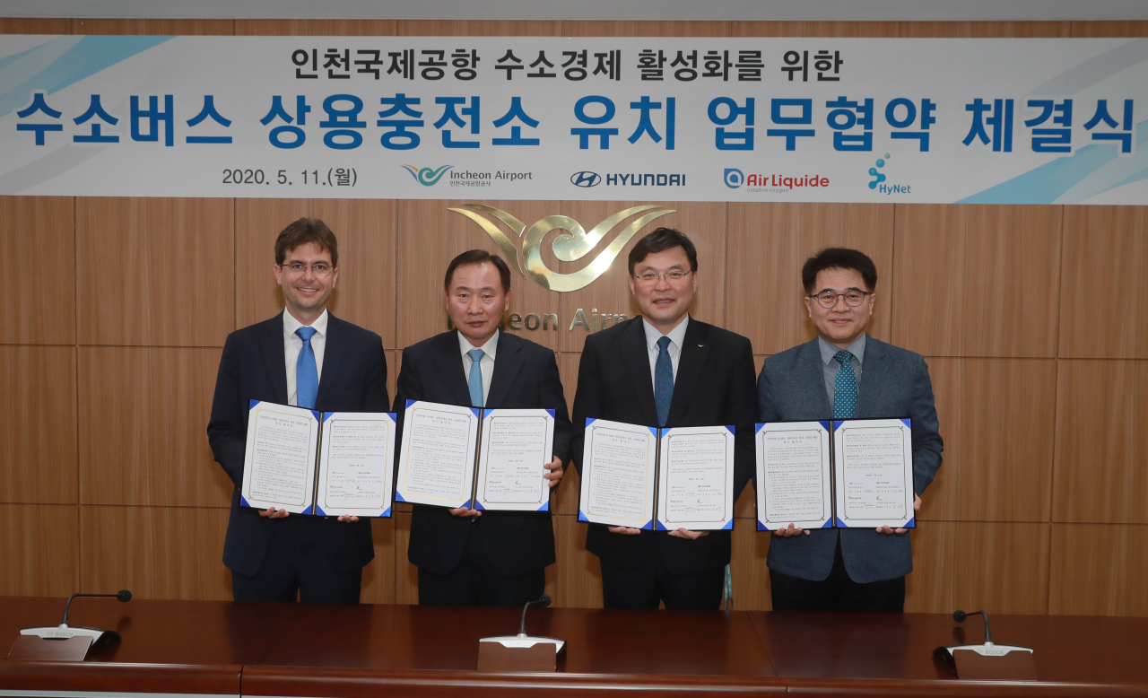 (From left) Air Liquid Korea CEO Guillaume Cottet, Hyundai Motor Group President Han Sung-kwon, Incheon International Airport Corp. CEO Koo Bon-hwan and Hydrogen Energy Network Corp. CEO Yoo Jong-su pose for a pose after the signing ceremony held on Monday. (Hyundai Motor Group)