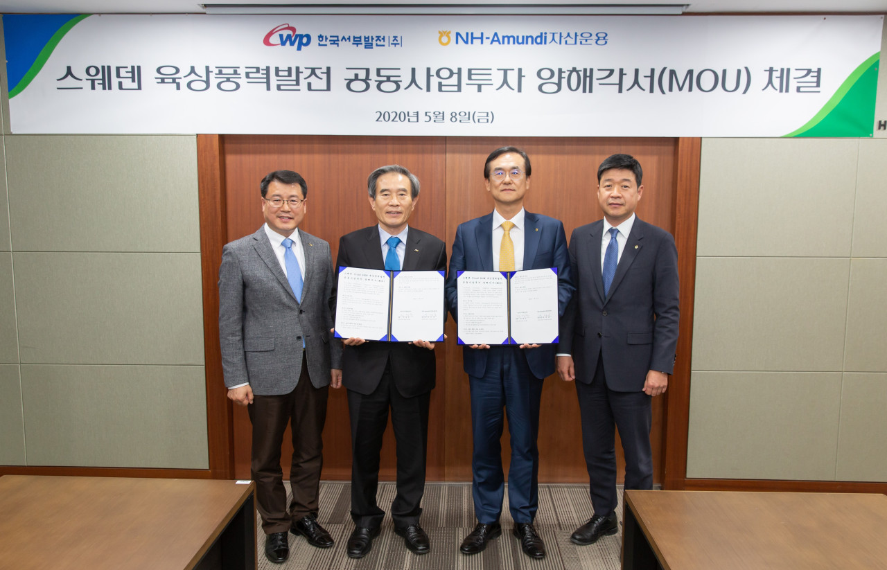 Korea Western Power Chief Executive Kim Byung-sook (second from left) and NH-Amundi Asset Management CEO Bae Young-hoon (third from left) pose for a photo at a signing ceremony of a MOU to cooperate in their co-investment in a 240-megawatt wind farm project in Sweden on Friday. (NH-Amundi Asset Management)