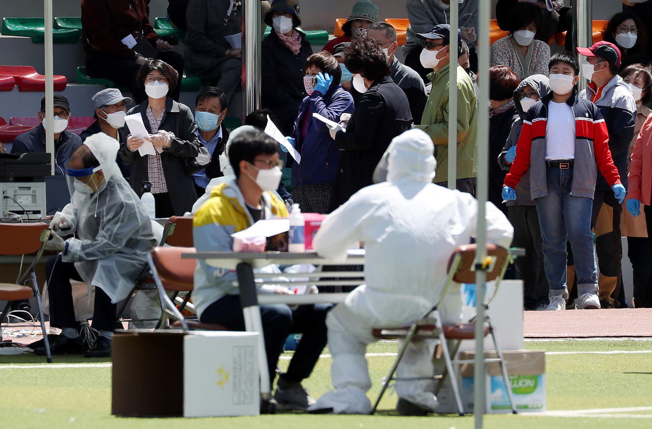 A screening center in Incheon is crowded with test takers on Wendesday, as secondary infections from the cluster of infections in Itaewon, a popular nightlife district in Seoul, continues to rise there. (Yonhap)