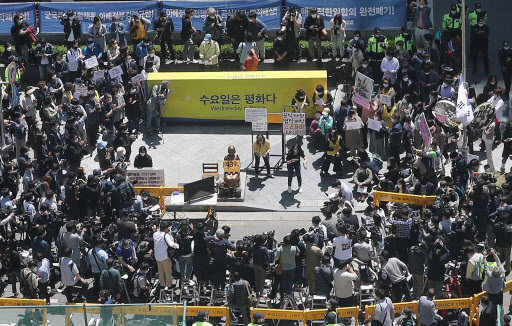 The Korean Council for Justice and Remembrance for the Issues of Military Sexual Slavery by Japan leads one of its weekly rallies, held every Wednesday since 1992, in front of the Japanese Embassy in Seoul on Wednesday. (Yonhap)