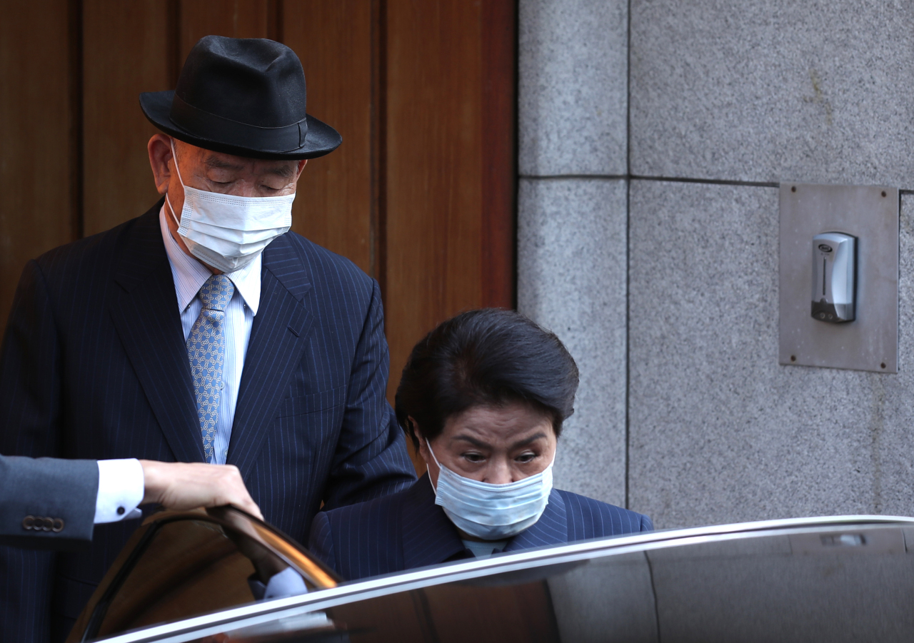 Former President Chun Doo-hwan (left)and his wife Lee Soon-ja get in their car to head to the Gwangju District Court on Apr. 27. (Yonhap)