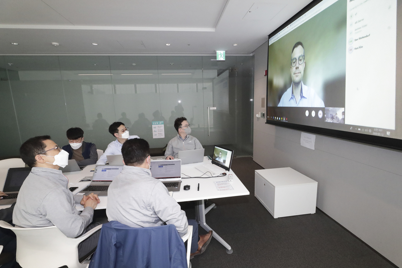 KT's artificial intelligence and big data services team conducts a videoconference with the Bill & Melinda Gates Foundation's Director of Innovative Technology Solutions Dan Wattendorf. (KT)