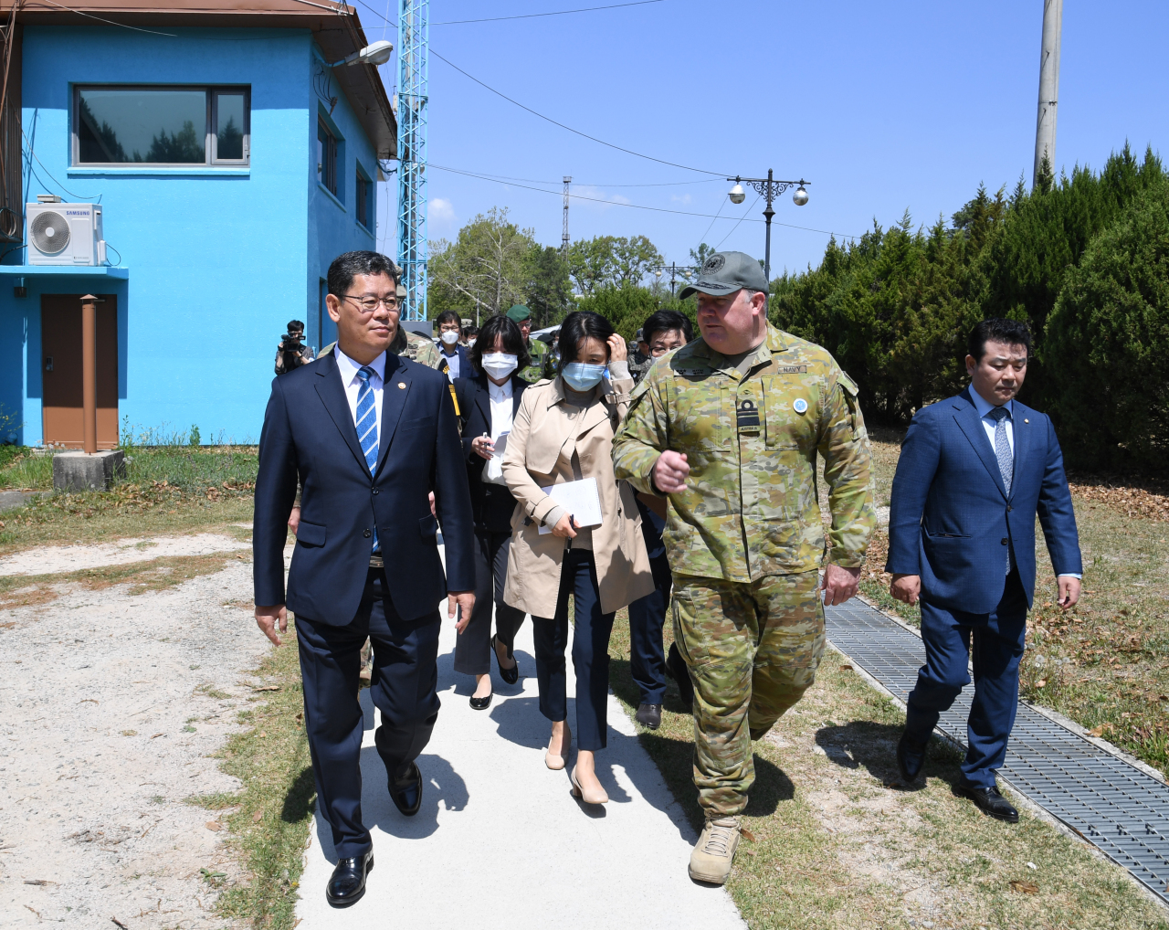 Unification Minister Kim Yeon-chul (left) inspects tourism routes at the truce village of Panmunjom in Paju, Gyeonggi, during a visit to the demilitarized zone earlier this month. (Yonhap)