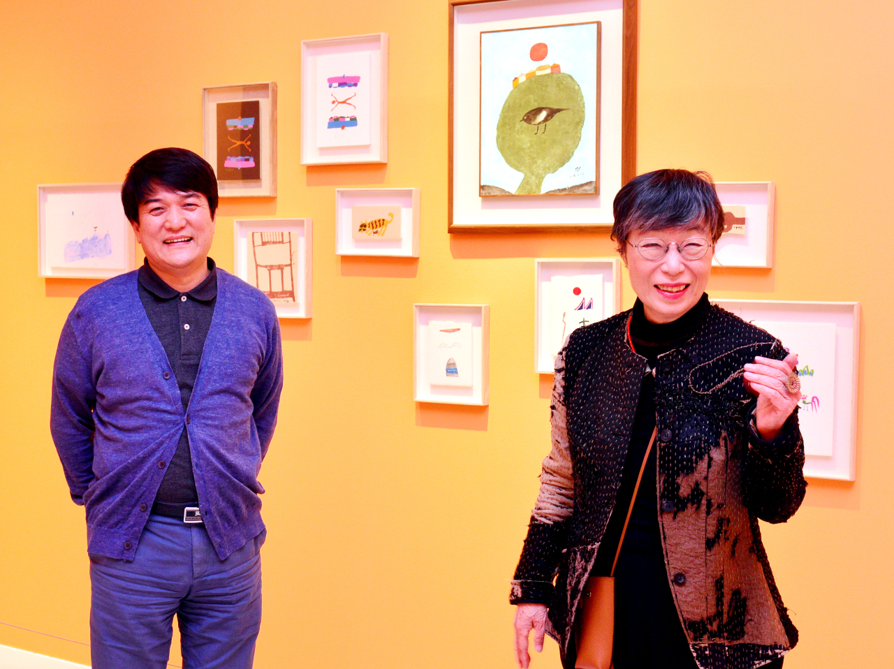 Chang Kyeong-soo (right), Chang Uc-chin's daughter and the honorary director of the Chang Ucchin Museum of Art, poses with Cho Hyun-young, director of the museum, in front of Chang's artworks at the museum. (Park Hyun-koo/The Korea Herald)