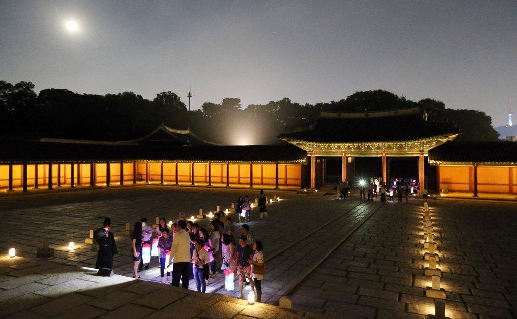 Changdeok Palace Moonlight Tour (Yonhap)