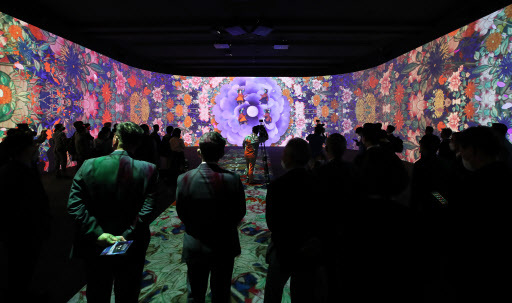 Visitors view a 60-meter-tall, 5-meter-wide panorama screen at the National Museum of Korea's Immersive Digital Gallery 2 on Tuesday. (Yonhap)