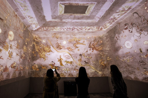 Visitors view the Deokheung-ri Tomb, one of three Goguryeo-era tombs that have been re-created at the National Museum of Korea's Immersive Digital Gallery 3, during a preopening event on Tuesday. (Yonhap)