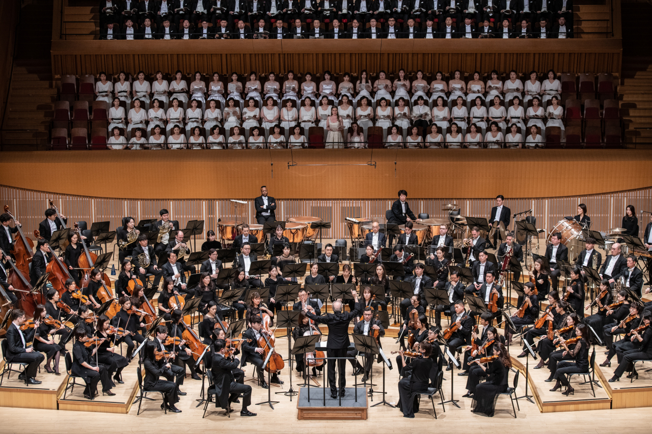"The Seoul Philharmonic Orchestra performs Mahler's Symphony No. 2 in C minor, ""Resurrection,"" under the baton of Music Director Osmo Vanska on Feb. 15 at the Lotte Concert Hall in Jamsil, eastern Seoul. (SPO)"