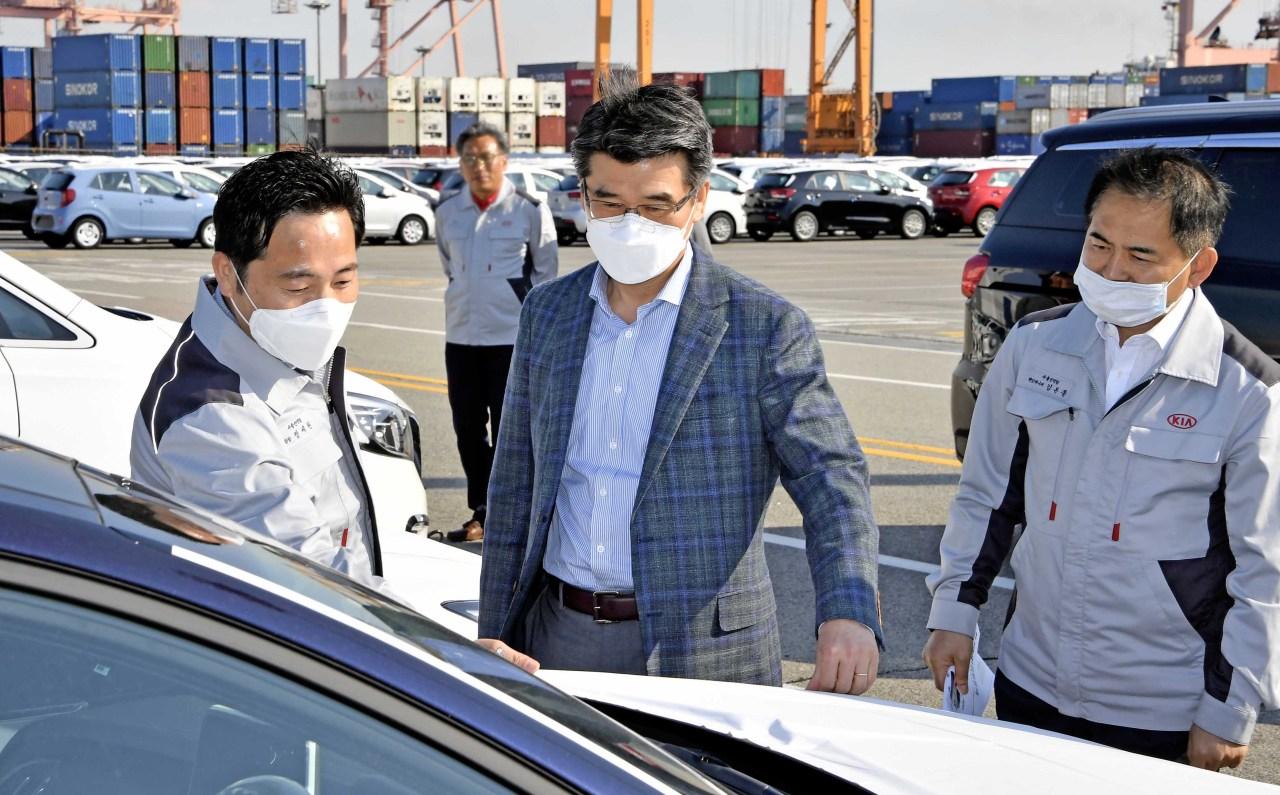 Kia Motors President Song Ho-sung (center) checks vehicles ready for export at Pyeongtaek Port on Wednesday. (Kia Motors)