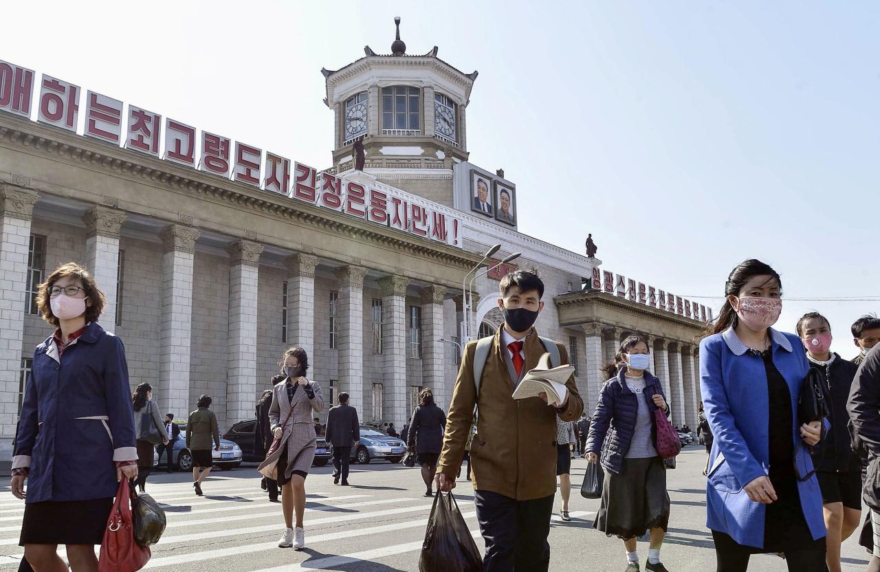 North Koreans at Pyongyang station (Reuters-Yonhap)