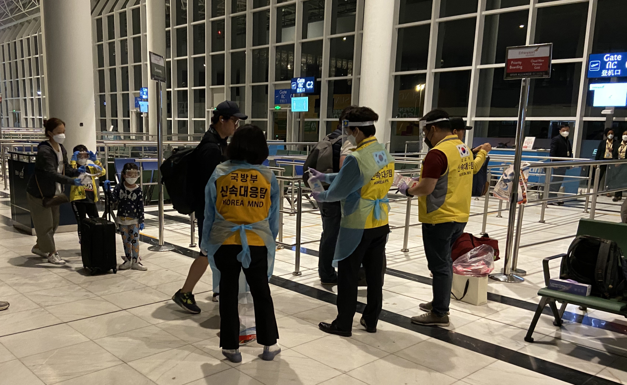 South Koreans stranded in Africa are picked up by the military on a charter flight on the way home from South Sudan. (Ministry of National Defense)