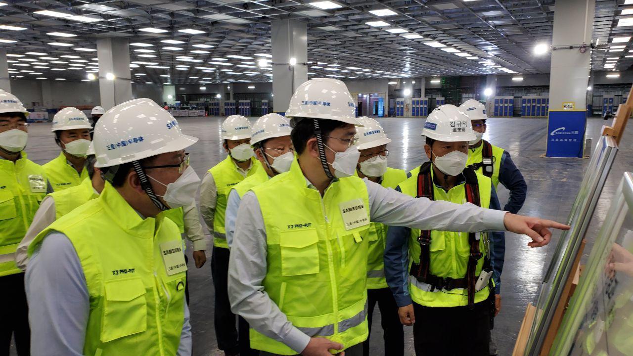 Samsung heir Lee Jae-yong checks on the Xian memory plant on Monday. (Samsung Electronics)